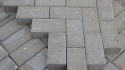 Модернизация: плиткой выкладывают дорожки на рынке по ул. Карачобану