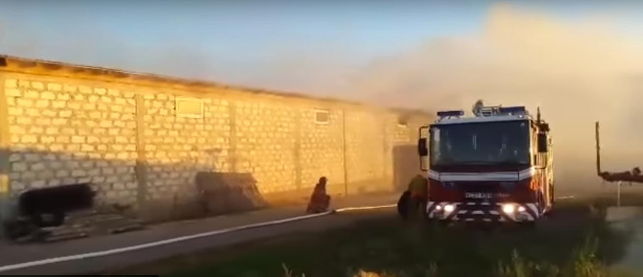 пожар вспыхнул на складе