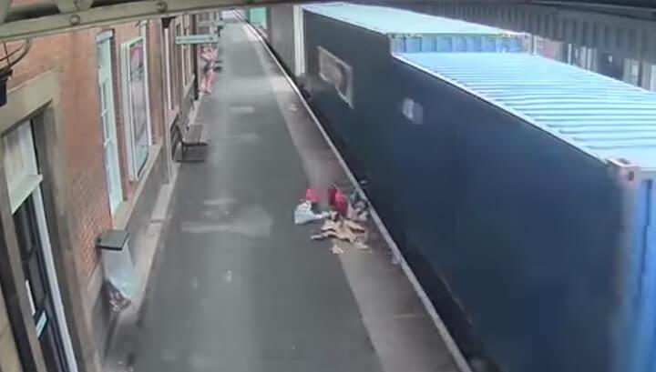 поезд сбил детскую коляску